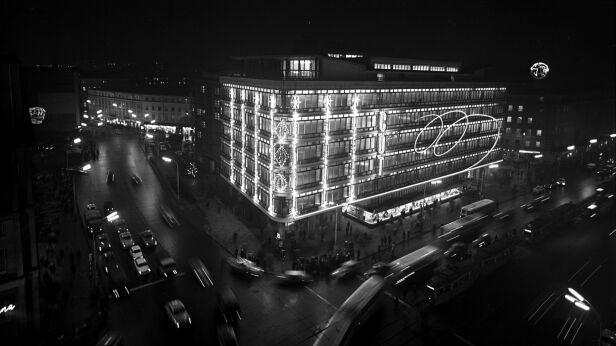 Widok budynku w nocy w latach 60. Siemaszko Zbyszko / NAC