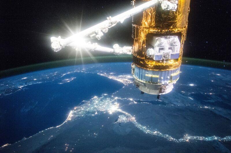 Japoński statek kosmiczny Kounotori 5 H-II na tle doliny Nilu