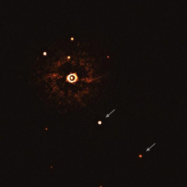 Widać tu gwiazdę TYC 8998-760-1 wraz z towarzyszącymi jej dwoma olbrzymimi egzoplanetami (ESO/Bohn et al.)