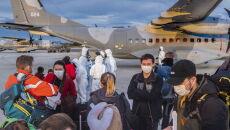 Polacy podczas przeprowadzania wywiadów medycznych na płycie lotniska pod Marsylią (PAP/Arek Rataj)